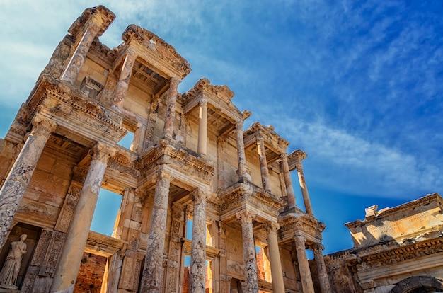 Fasada frontowa i dziedziniec biblioteki celsusa w efezie jest starożytną budowlą grecką i rzymską. zrekonstruowany przez archeologów ze starych kamieni, znajduje się w pobliżu miasta izmir w turcji.