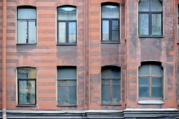 Fasada historyczny budynek w st. petersburg, rosja