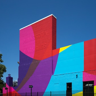 Fasada kolorowego budynku, minneapolis, hrabstwo hennepin, minnesota, usa