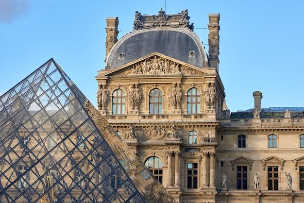 Fasada muzeum louvre