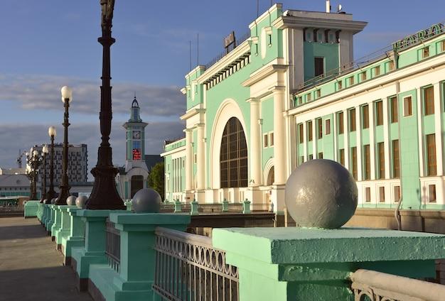 Fasada największego dworca kolejowego na syberii w stylu konstruktywizmu nowosybirsk