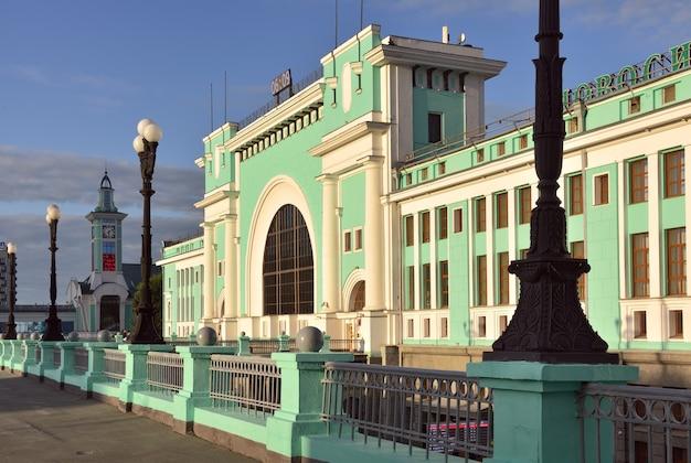 Fasada największego dworca kolejowego na syberii w stylu konstruktywizmu