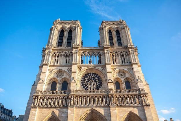 Fasada notre dame de paris, średniowieczna katedra w paryżu we francji.