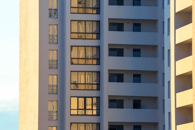 Fasada nowego wielokondygnacyjnego budynku mieszkalnego. architektura i nowoczesne budownictwo