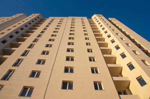 Fasada nowego wielokondygnacyjnego budynku mieszkalnego