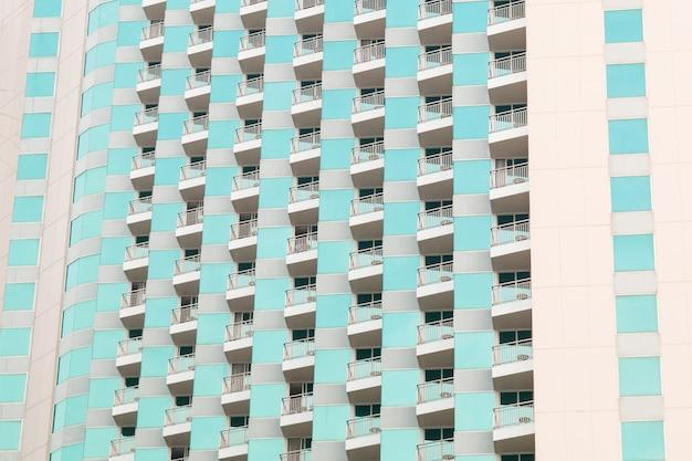 Fasada nowoczesnego apartamentowca z balkonami