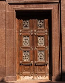 Fasada nowoczesnego budynku. drzwi wejściowe w starym stylu brązowym.