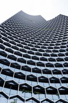 Fasada nowoczesnego budynku o strukturze geometrycznej