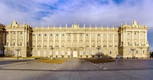 Fasada pałacu królewskiego w madrycie o świcie, spektakularna rezydencja królów. hiszpania.
