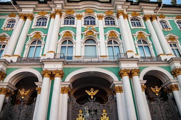 Fasada pałacu zimowego na placu pałacowym. główne wejście do ermitażu. unikalne centrum krajobrazu miejskiego sankt petersburg. centralne zabytki miasta. najlepsze miejsca turystyczne w rosji. stolica imperium rosyjskiego
