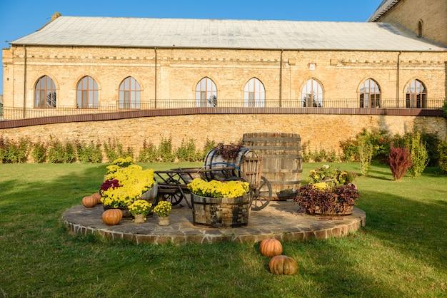 Fasada pięknego ceglanego starożytnego domku na wino.