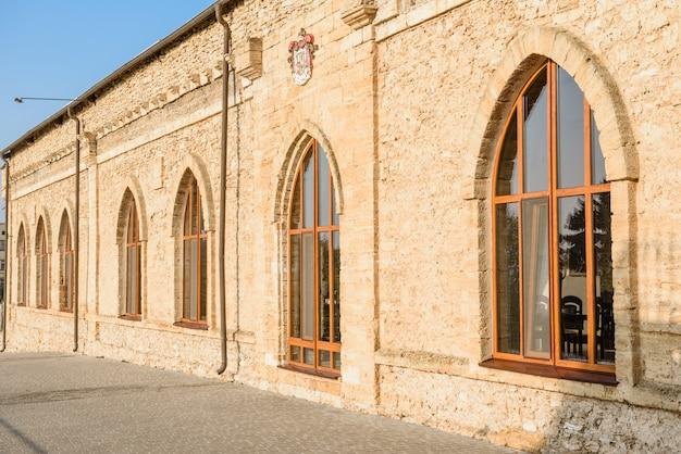 Fasada piękny ceglany antyczny budynek.