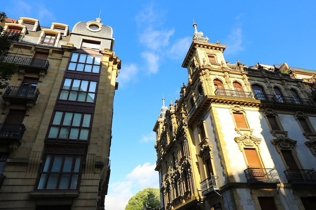 Fasada średniowiecznych budynków w centrum miasta san sebastian kraj basków, hiszpania