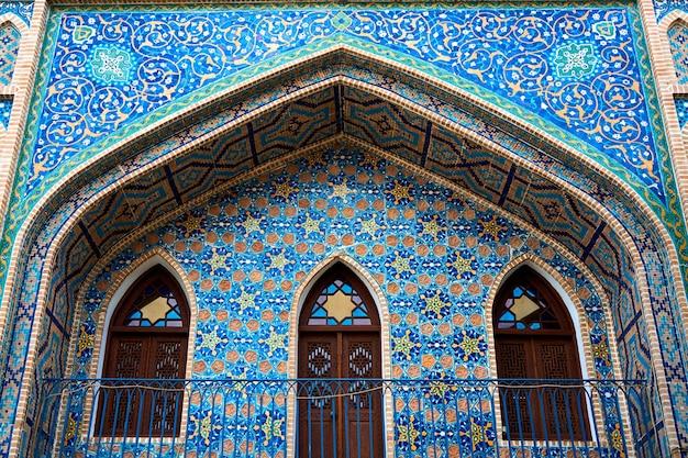 Fasada starego budynku łaźni tureckiej wyłożona jest mozaiką