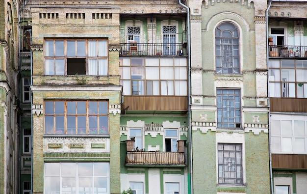 Fasada starego budynku wielomieszkaniowego