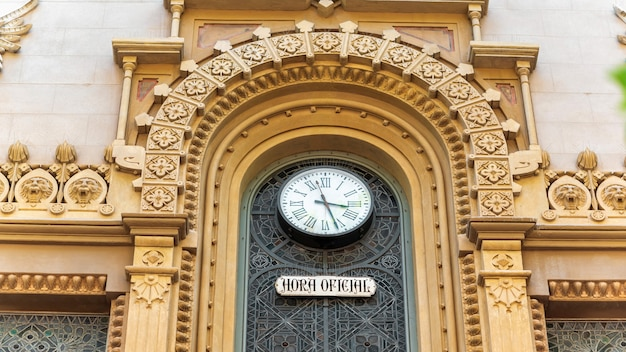 Fasada starego budynku. zegar, znak. barcelona, hiszpania