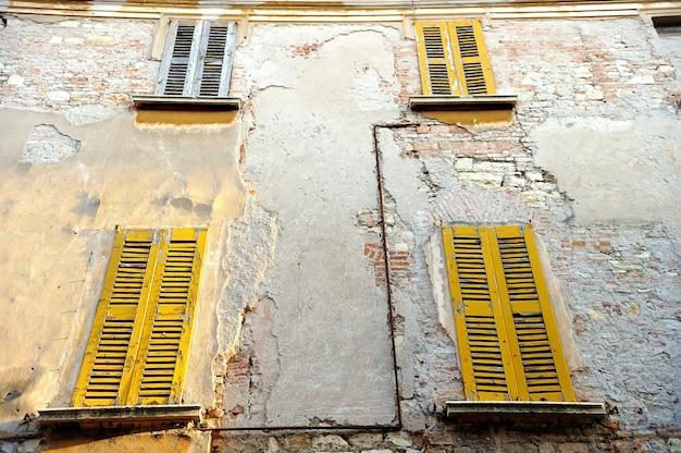 Fasada staroświecki dom w centrum rzymu, włochy.