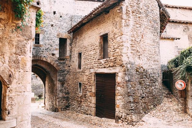 Fasada starych kamiennych budynków w perouges we francji. wysokiej jakości zdjęcie