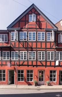 Fasada tradycyjnego duńskiego domu z muru pruskiego, kopenhaga, dania