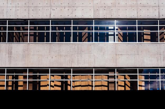 Fasada typowego budynku z prostymi ukośnymi liniami.