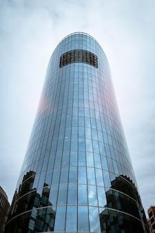 Fasada wieżowców w nowoczesnym stylu wykonana ze szkła i betonu. architektura budynku w biznesowej dzielnicy metropolii. ekonomia, finanse koncepcja działalności przedsiębiorczej. przestrzeń praw autorskich