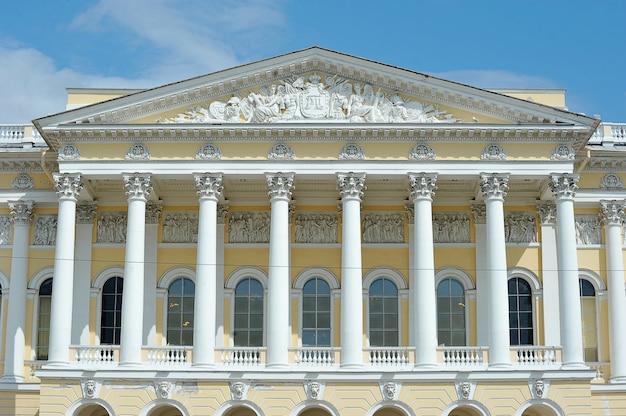 Fasada z kolumnami budynku rosyjskiego muzeum państwowego