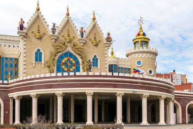 Fasada z kolumnami, wieżami i witrażami teatru lalek ekiyat, kazań, rosja