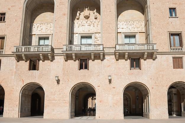 Fasada Z Oknami łukowymi I Balkonem W Klasztorze Opactwa Benedyktynów Santa Maria De Montserrat W Pobliżu Barcelony, Katalonia, Hiszpania Premium Zdjęcia