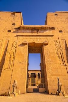 Fasada z rysunkiem faraonów świątyni edfu w mieście edfu w egipcie.