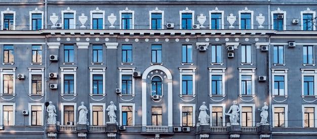 Fasada zabytkowego budynku. styl europy środkowej.