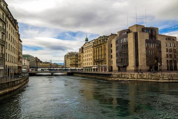 Fasady zabytkowych budynków w centrum genewy, szwajcaria na jeziorze leman w słoneczny jasny dzień.