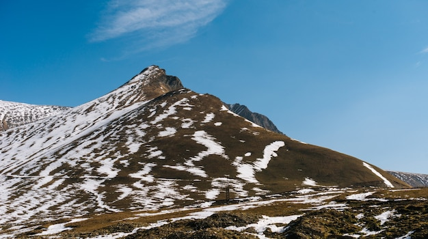 Fascynująca przyroda, wysokie góry pokryte białym śniegiem pod błękitnym niebem