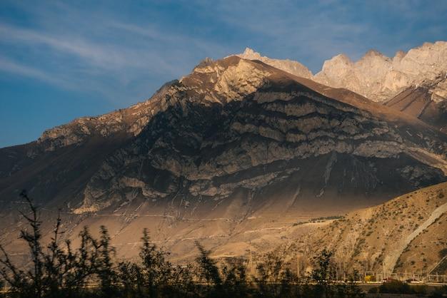Fascynująca przyroda, wysokie majestatyczne góry pod błękitnym niebem
