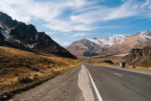 Fascynująca przyroda, wysokie majestatyczne góry pokryte białym śniegiem, pod błękitnym niebem