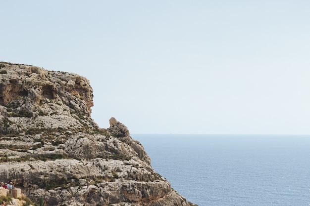 Fascynująca sceneria formacji skalnej na brzegu oceanu na malcie