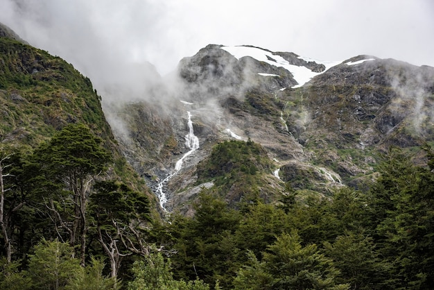 Fascynujący widok na góry skaliste z wodospadem