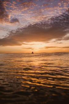 Fascynujący widok na kolorowy świt nad spokojnym oceanem na wyspach mentawai w indonezji