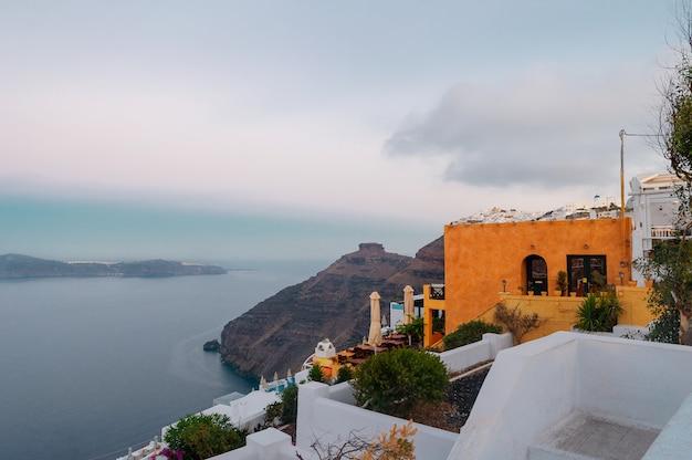 Fascynujący widok na morze egejskie i piękne miasto santorini
