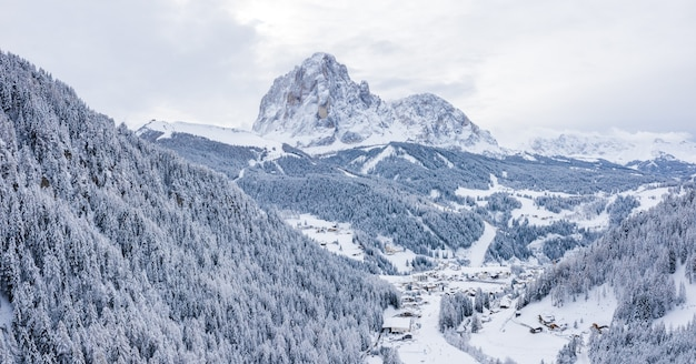 Fascynujący widok na piękne ośnieżone góry