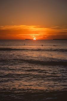 Fascynujący widok na spokojny ocean podczas zachodu słońca na wyspach mentawai w indonezji