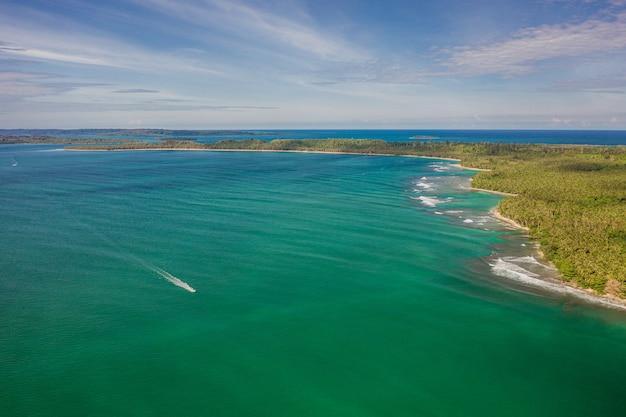 Fascynujący widok na wybrzeże z białym piaskiem i turkusową czystą wodą w indonezji