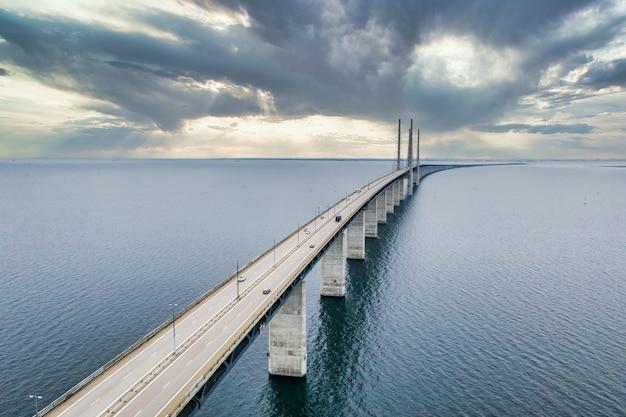 Fascynujący widok z lotu ptaka na most między danią a szwecją pod zachmurzonym niebem