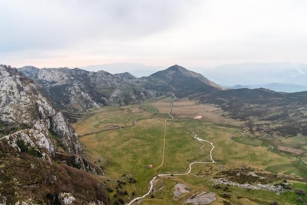 Fascynujący widok z lotu ptaka na pola otoczone skalistymi górami