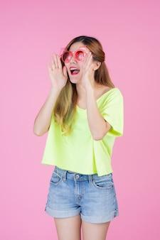 Fashion girl dress up gestem ręki