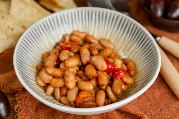 Fasola chili pod wysokim kątem w misce