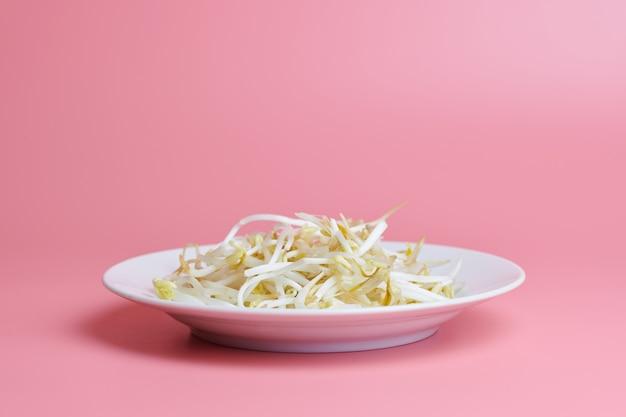 Fasola mung kiełkuje w talerzu. surowa zdrowa żywność ekologiczna. tradycyjne danie warzywne we wschodniej azji. minimalna koncepcja, miejsce.