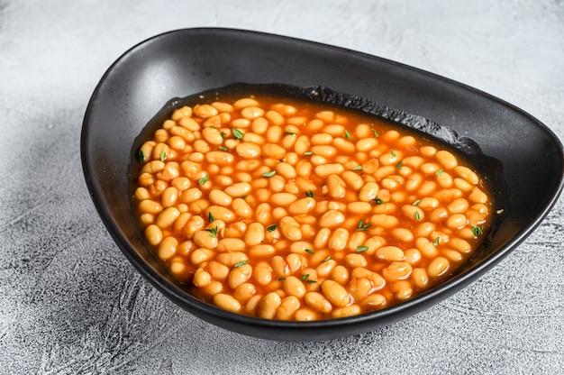 Fasolka po bretońsku w sosie pomidorowym na talerzu