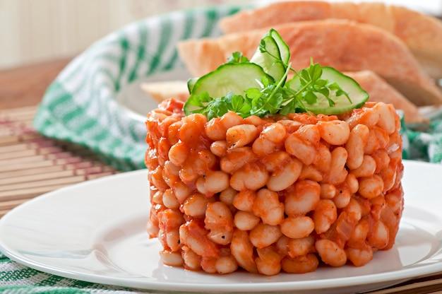 Fasolka po bretońsku z sosem pomidorowym