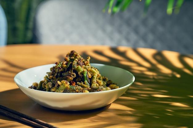 Fasolka szparagowa smażona w głębokim tłuszczu z syczuańskim pieprzem. chiński kuzyn.