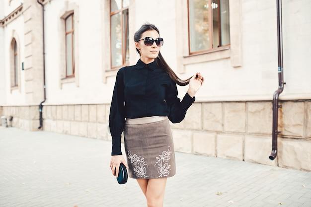 Fasonuj ładną kobietę idącą ulicami starego miasta